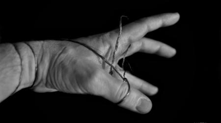 Manos covid. Autor: Antonio Soto Rey  Casi nos rozamos las manos, pero tuvo miedo. Las manos parecían peligrosas