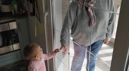 Doutro lado da ventá. Autora: Bianca Fernández Carballo. Stella (17 meses) es sobrina nieta de Carmela. Stella llegó con sus padres desde Madrid el 13 de marzo. Para evitar el contacto directo nos mirábamos y nos toc&a