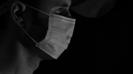 Pandemia. Autor: Guillermo Mariño. Pandemia es una palabra que suena tan severa, y para la que estábamos tan poco preparad@s, que por mucho que nos protejamos nos seguimos sintiendo desnudos ante ella