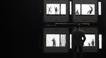 Las ventanas indiscretas. Autora: María Moldes Rodal. Un vecindario, sus ventanas, un catálogo de comportamientos, pequeñas historias que son el espejo de un microcosmos. Y el silencio del confinamiento
