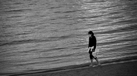 Sentir el roce del agua en los pies. Autor: Paco Muñoz Regueira. Son los primeros paseos en Riazor tras los duros momentos de confinamiento. Deambular por la orilla del mar, sentir el agua en los pies. Pequeños detalles tan valiosos