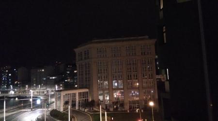 Cerrado por enfermedad. Autora: Pilar Moltó Dequidt. Me impresionó mucho la primera noche que pude ver el Hotel Meliá María Pita sin luz. Casualmente la fecha de la fotografía coincide con el festivo del 19 de marzo