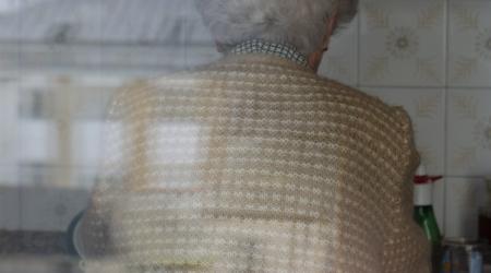 Reflexos dunha realidade. Autora: Sara López Temes. Esta imagen representa una dualidad: en una mitad de la foto aparece representada mi abuela haciendo la comida. En la otra mitad desenfocada, se ve el reflejo de unos edificios, simbolizando