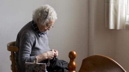 Costureira en tempos de confinamento. Autora: Sara López Temes. Durante el confinamiento, mi abuela retomó una de sus pasiones: la costura. Sumida en una tranquilidad absoluta, se pasaba las horas cosiendo y remendando su ropa. Una y ot