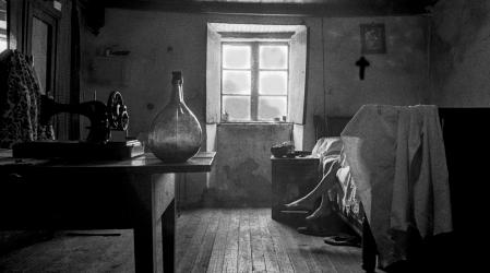 Joven en una habitación de una casa de campo (Lugo) 1968. Colección personal Carlos Valcárcel