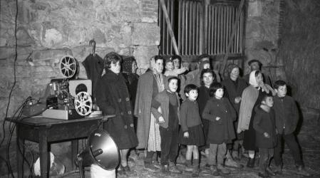 Charla de la agente de economía doméstica de la Sección Femenina Vilamelle (Lugo) 1961 Autor: Orestes Pérez. Fondos del Ministerio de Agricultura, Pesca y Alimentación